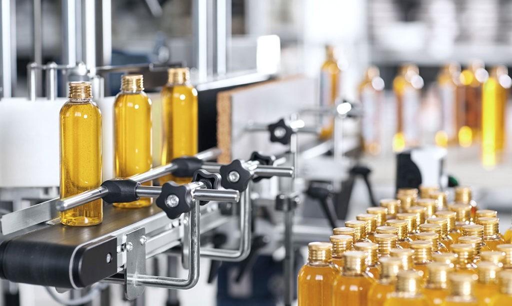 kosmetik flaschen in etikettier maschine zsb verpackungen